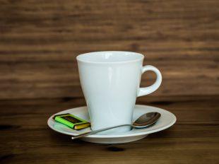 Kaffeetasse in Szene gesetzt
