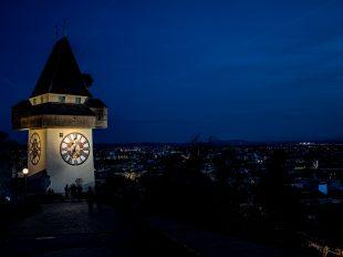 Der Grazer Uhrturm zur blauen Stunde