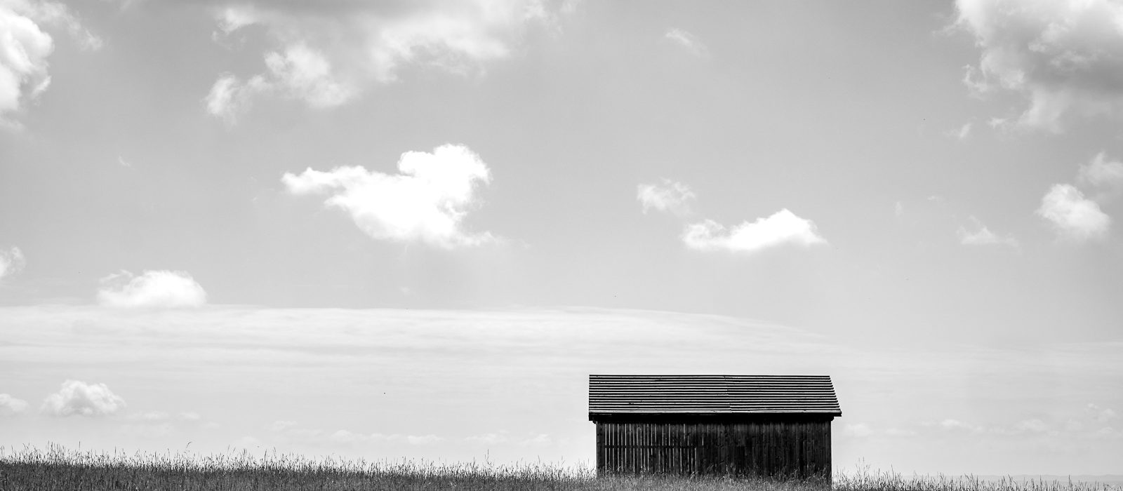 Eine einfache Hütte mit tollen Wolken