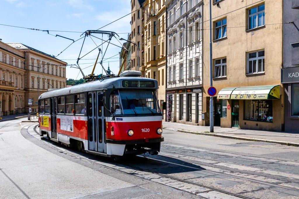 Wunderschöne alte Straßenbahn in Brünn