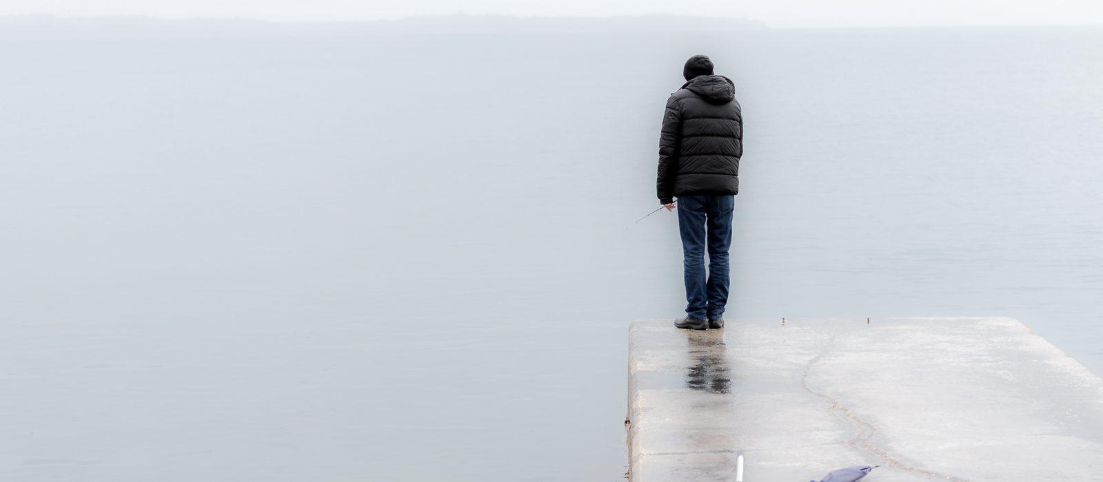 Fischer auf Steg am Meer in Piran