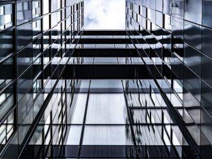 Spiegelnde Außenflächen mit dunklen Quergängen