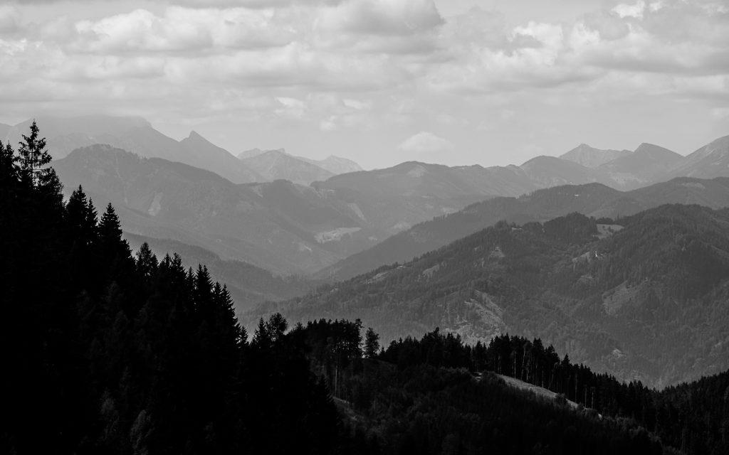 Viele unterschiedliche Bergschichten direkt hintereinander. Sie ergeben eine Schwarzweiß-Schattierung vom Vordergrund zum Hintergrund.